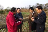 UC IPM Advisor Anil Shrestha shows Chinese government officials how to identify weeds in Feidong County, south China